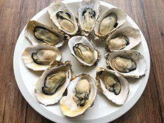 蒜蓉牡蛎,牡蛎去掉一半的壳,留一半的壳就可以