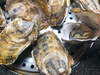 蒜蓉牡蛎,牡蛎煮至开口关火取出