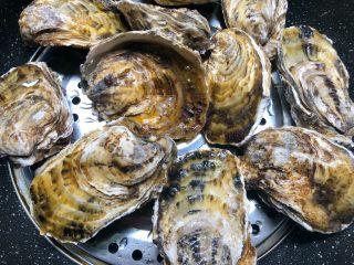 蒜蓉牡蛎,刷好放入蒸锅,蒸至开口