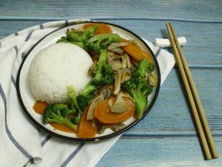 西兰花炒胡萝卜片,搭配米饭很好吃,简单而又营养健康的一道菜