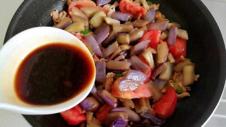 番茄烧茄子,然后倒入提前配好的调味汁。