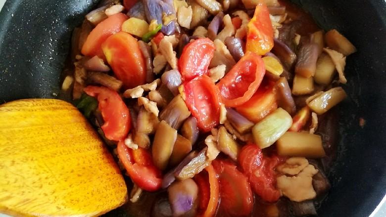 番茄烧茄子,翻炒均匀微炖即可。