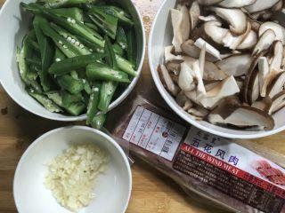 五花风肉炒香菇秋葵,然后切片香菇,蒜蓉切泥,五花风肉先切片再然后把五花风肉煮熟焯水放凉过后再炒一下