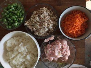烧卖(猪肉香菇糯米馅),香菇也用料理机搅成碎,胡萝卜切碎,备用
