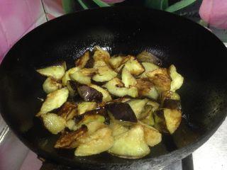 酱烧茄子, 另起锅烧热,不加油大火,倒入炸好的茄块快速翻炒