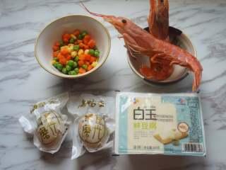 咸蛋虾仁豆腐煲,准备好食材,阿根廷红虾和杂菜提前拿出解冻