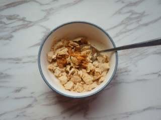 咸蛋虾仁豆腐煲,咸鸭蛋剥壳,用勺子碾碎