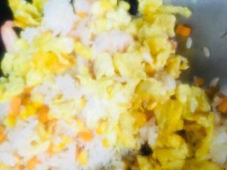 虾仁蛋炒饭,倒入炒好的鸡蛋
