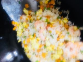 虾仁蛋炒饭,炒匀出锅