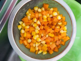 虾仁蛋炒饭,胡萝卜和玉米粒焯水备用