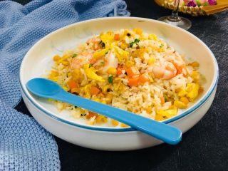 虾仁蛋炒饭,一盘营养丰富的蛋炒饭就完成了,开吃。