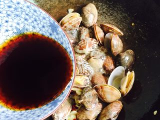 下酒菜+蚝油炒花甲,然后倒入调料汁
