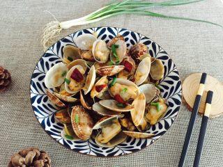 下酒菜+蚝油炒花甲,盛在漂亮的盘子里