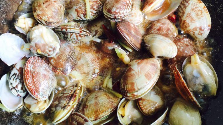 下酒菜+蚝油炒花甲,翻炒均匀至全部开壳即可关火