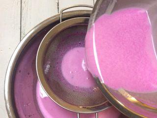 红心火龙果牛奶小方,顺便过两次网筛。