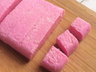 红心火龙果牛奶小方,用刀切小块。