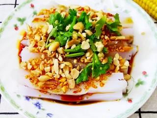 豌豆凉粉,将调好的辣汁,倒入切好的凉粉上面,撒上花生碎,放上香菜就OK了