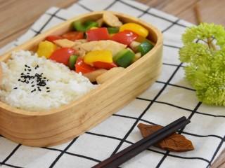 三椒炒鸡丁—除了好吃还得好看