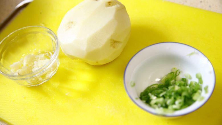 夏天快手吃点啥?炝土豆丝!,准备一个大个一点的<a style='color:red;display:inline-block;' href='/shicai/ 23'>土豆</a>,洗净去皮。准备好葱花和蒜末。