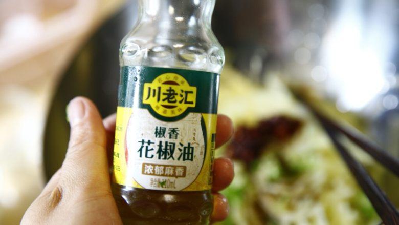 夏天快手吃点啥?炝土豆丝!,然后是几滴花椒油,这个不宜多放,味道适中就可以了。