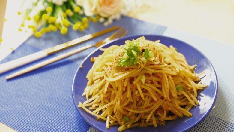 夏天快手吃点啥?炝土豆丝!,看,上面加点葱花,还是很诱人的吧?