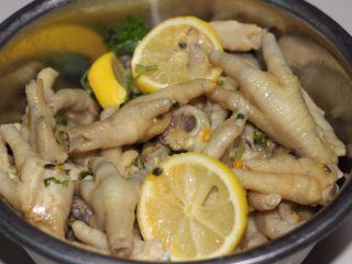 百香果柠檬鸡爪,将辣椒、蒜头、香菜切碎、柠檬切片,把百香果、辣椒、蒜蓉、香菜、柠檬片、2小勺生抽、1小勺盐和1小勺糖倒入鸡爪中,拌均匀。
