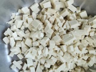豆腐粉条蒸包,豆腐切小丁