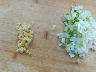 豆腐粉条蒸包,葱姜切末