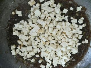 豆腐粉条蒸包,再倒入豆切好的腐