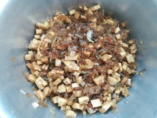 豆腐粉条蒸包,盛到盆里
