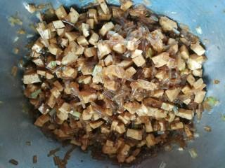 豆腐粉条蒸包,加入十三香和蚝油搅拌均匀
