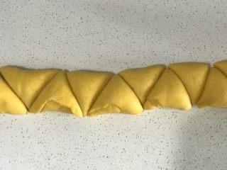 浅湘食光&南瓜花式馒头,自上而下卷成条状,切割