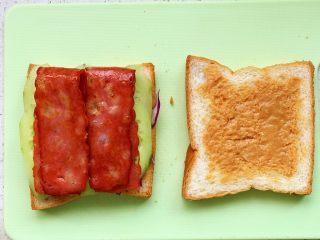 快手营养早餐17,黄瓜片上放两片培根;