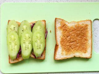 快手营养早餐17,码一层黄瓜片;