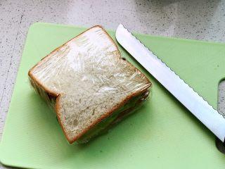 快手营养早餐17,用面包刀对半切开;