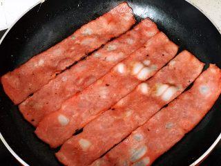 快手营养早餐17,培根煎两面微微金黄出锅;