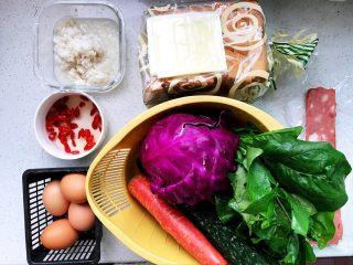 快手营养早餐17,所有用到的食材都在这里了,为了节省早晨的时间,前一晚洗好了黄瓜、胡萝卜、菠菜、紫甘蓝;