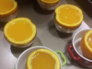 夏日小清新:橙子果冻,倒入果壳中,八九分满。