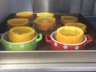 夏日小清新:橙子果冻,待凉后放入冰箱冷藏3小时就凝固啦。