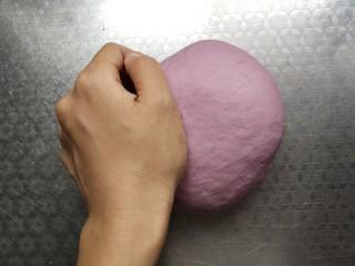 奶香紫薯馒头 ,取出用手再次揉至光滑细腻