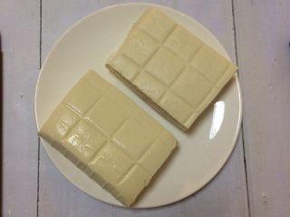 超级下饭的香煎豆腐块,用嫩豆腐会比老豆腐更好吃。  我这次做的份量是这种长方形的嫩豆腐一块,份量比那种正方形的豆腐块大不少。  如果你买的是那种正方形的小块豆腐,可用两块。