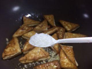 超级下饭的香煎豆腐块,砂糖少许,提鲜味。  照片中我用的是调味盒子里配的小塑料勺子。