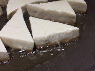 超级下饭的香煎豆腐块,让它自己安静地煎,煎至从侧面看到金黄的边边,如照片所示。