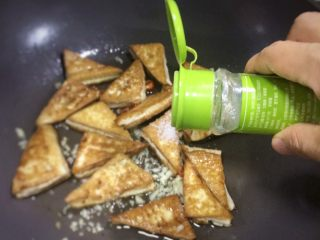 超级下饭的香煎豆腐块,白胡椒粉少许。