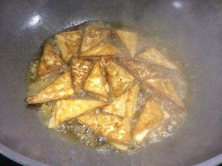超级下饭的香煎豆腐块,中小火焖煮。