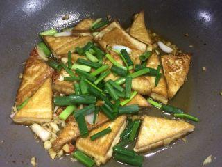超级下饭的香煎豆腐块,继续焖煮一会,然后大火收汁撒葱叶子即可出锅。  我觉得2.5汤匙的生抽已经很够味了,但是每个人口味不同,出锅前可试一下咸淡,然后适量加盐。