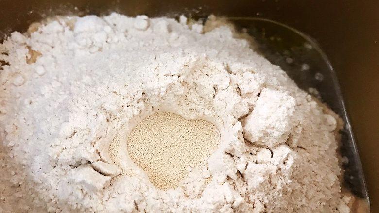 面包机版无糖低脂全麦面包,面粉堆里挖个坑埋入干酵母,因为无糖我们用普通干酵母即可
