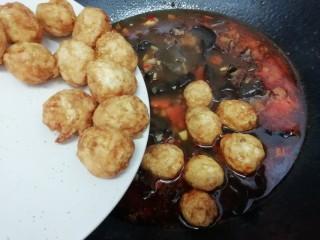 虎皮鹌鹑蛋,再把鹌鹑蛋倒入锅中,转中火慢慢的煮