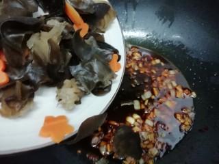 虎皮鹌鹑蛋,在倒入胡萝卜和木耳翻炒均匀