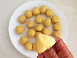 宝宝健康食谱  黄金小窝头,取一个面团,用拇指在底边捏出一个小洞